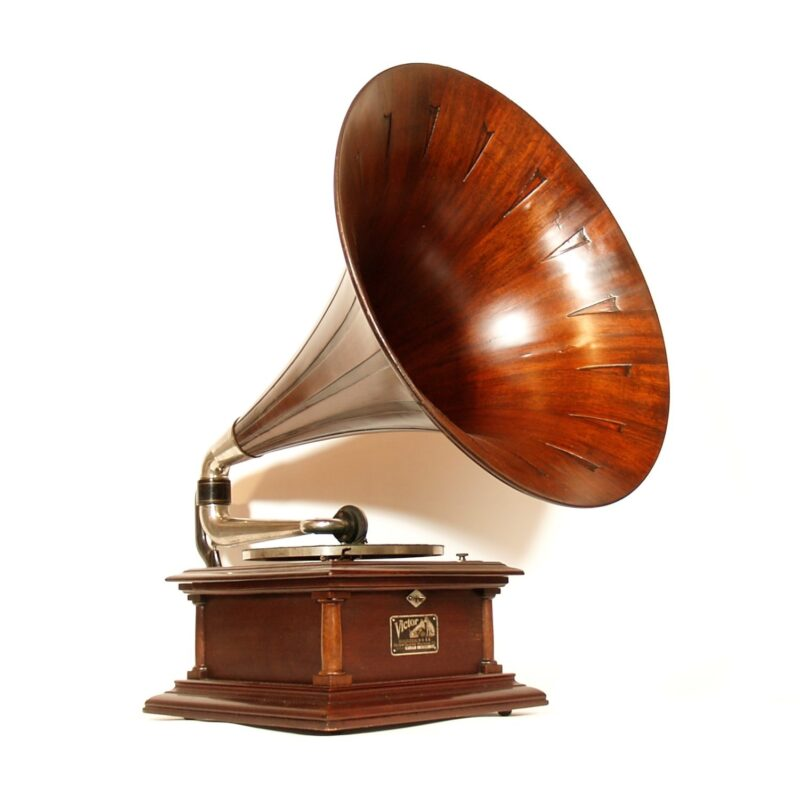 """Beautiful c. 1910 Victor IV disc phonograph with an original Victor 22"""" diameter mahogany """"Spear Tip"""" horn."""