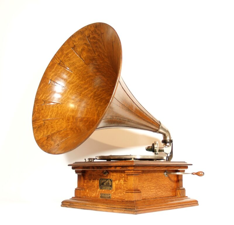 1909 Victor V Phonograph with Matching Victor Spear Tip Horn