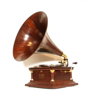 1912 Victor VI Phonograph w/Spear Tip Mahogany Horn