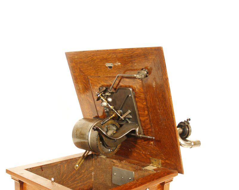 1912 Victor V Phonograph With Spear Tip Oak Horn