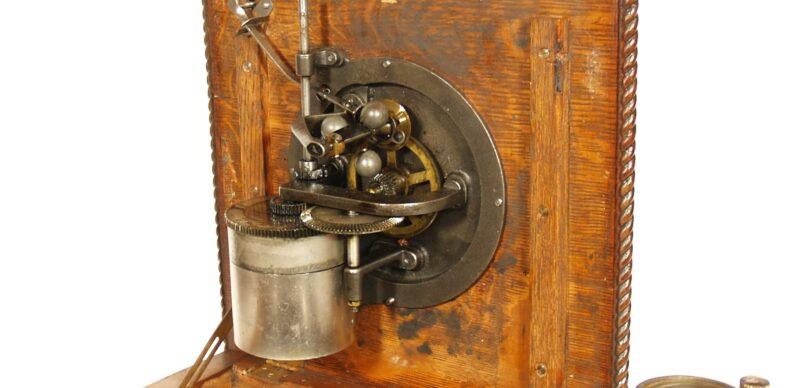 1905 Victor D Phonograph With Original Spear Tip Oak Horn