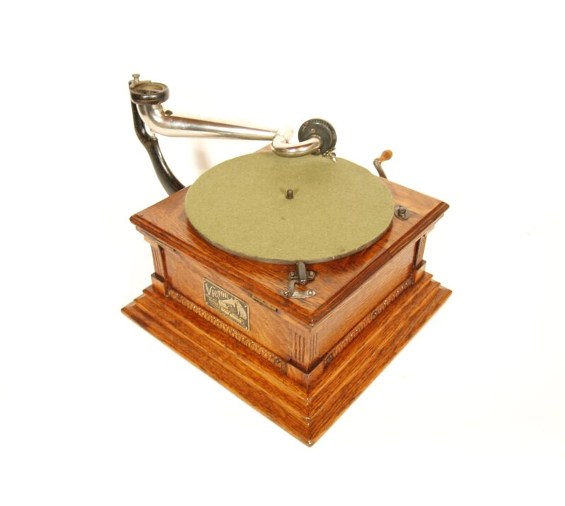 1904 Victor M Phonograph With Victor Spear Tip Wood Horn